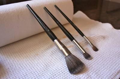 Como restaurar pinceis de maquiagem velhos