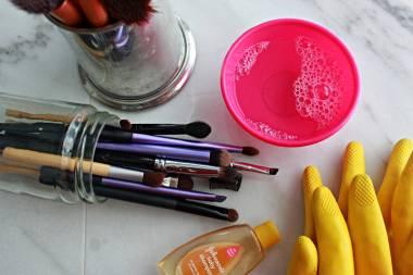 Qual é o melhor jeito de lavar pincel de maquiagem
