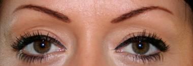 Maquiagem permanente nos olhos com tatuagem