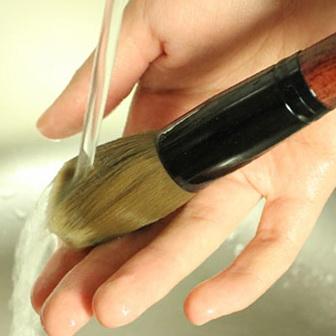 Limpar pinceis de maquiagem - passo a passo com fotos