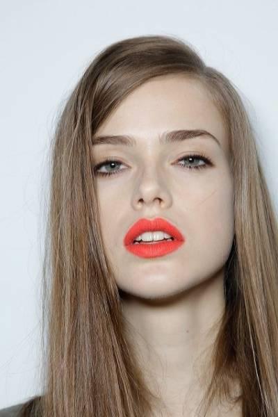 Fotos de looks com batom laranja para loiras