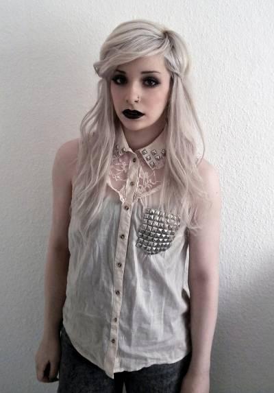 Batom preto fica bom para quem tem cabelo loiro