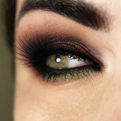 maquiagem com delineador verde e marrom