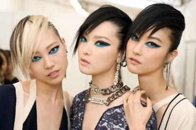 maquiagem diferente com delineador azul