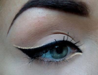 fotos de maquiagem com delineador dourado