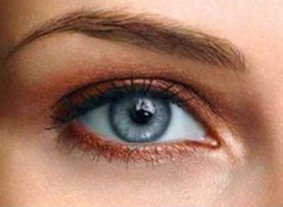 delineador marrom em maquiagem natural