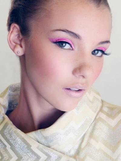 Maquiagem com delineador rosa pink