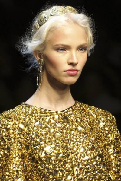 Maquiagem ideal para vestido dourado brilhoso cintilante