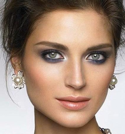 Maquiagem em olhos pequenos com sombra colorida