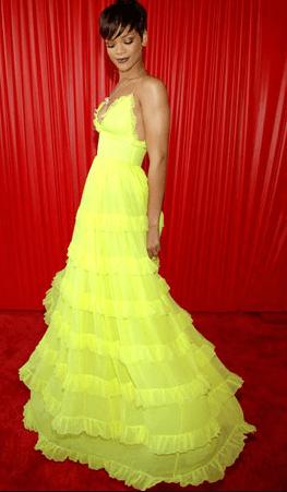 RIhanna com vestido amarelo - Maquiagem