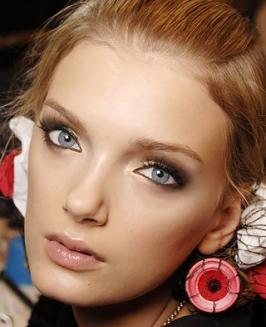 Como disfarçar olhos grandes e fundos com maquiagem