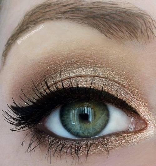 Maquiagem dourada para olhos grandes passo a passo