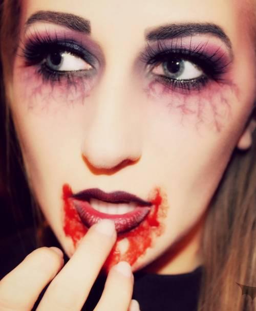 Maquiagem Halloween feminina com batom