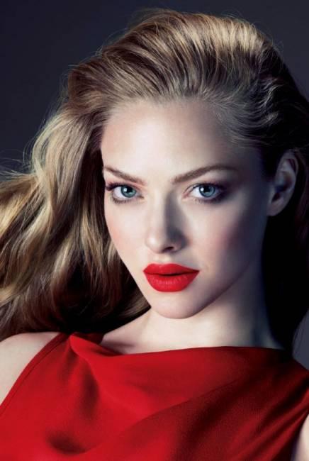 Maquiagem com batom vermelho e sombra vermelha