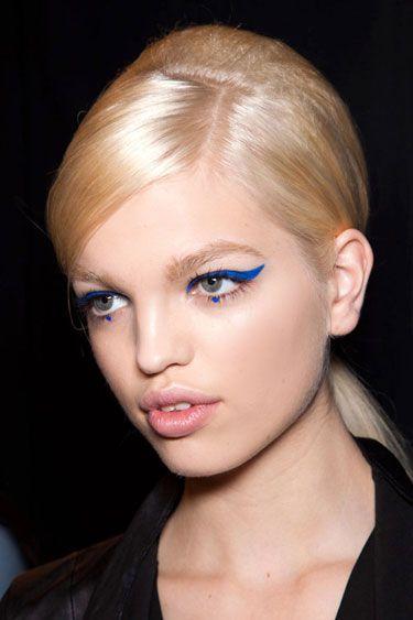 Maquiagem com delineador azul - fotos