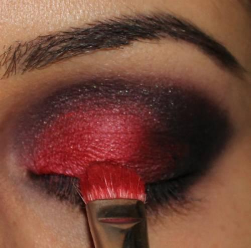 Maquiagem vermelha com preto passo a passo