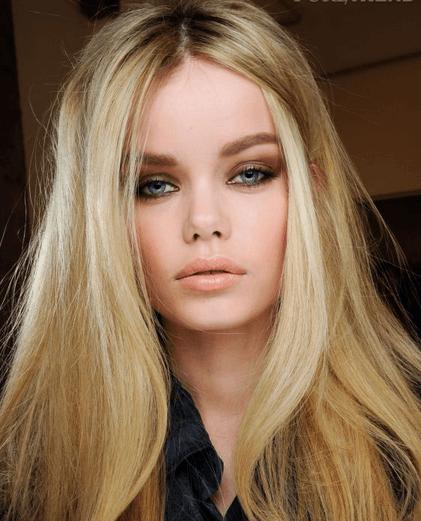 maquiagem marrom para loiras em colação de grau