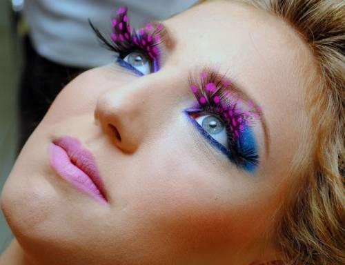 Maquiagem com cílios postiços para carnaval