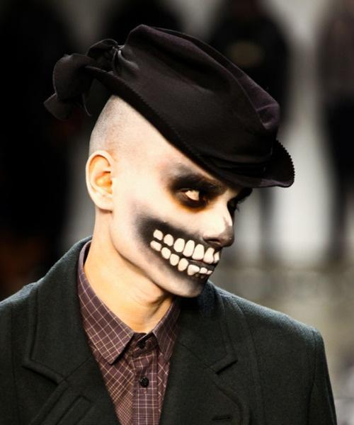 foto de homem maquiado de caveira