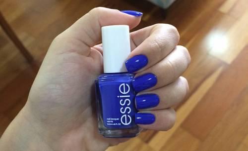 esmalte azul essie