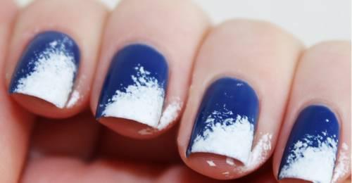 unha decorada azul e branco esfumada