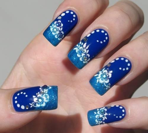 unha decorada azul e branco flor