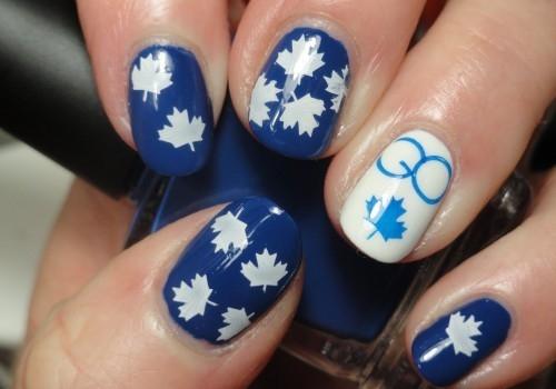 unha decorada azul e branco folhas