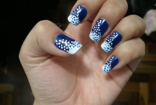 unha decorada azul e branco poas