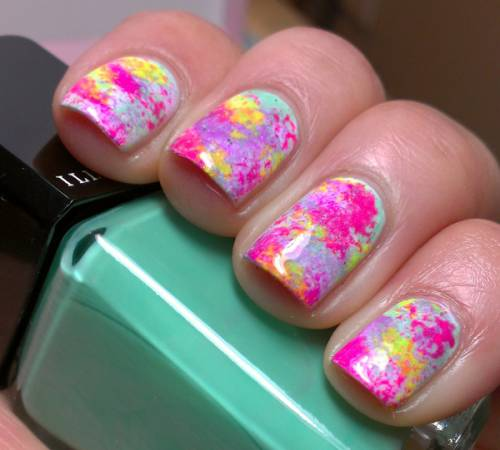 unha decorada colorida com esponja
