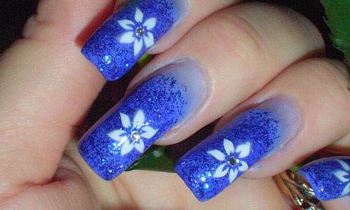 unha decorada com flor azul brilho