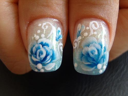 unha decorada com flor azul