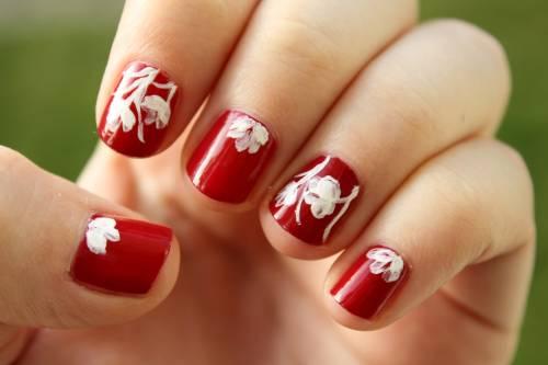 unha decorada com flores vermelhas
