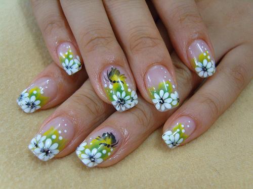 unhas decoradas com flores grandes verdes