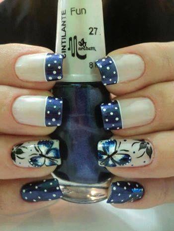 nail art borboleta e flor azul