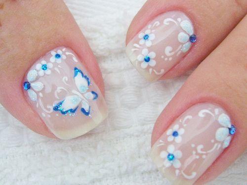 unha curta com nail art de borboleta e flor