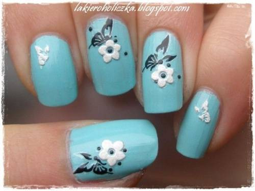 unha azul e delicada de flores e borboletas