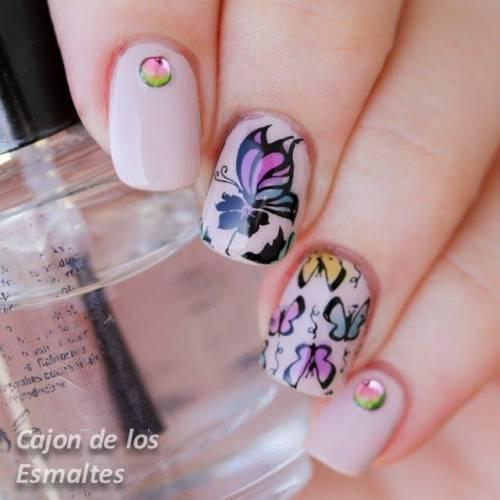 nail art colorida e suave de borboleta e flor