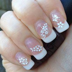 nail art discreta com borboleta e flor