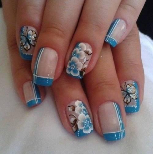 nail art azul claro de borboleta e flor