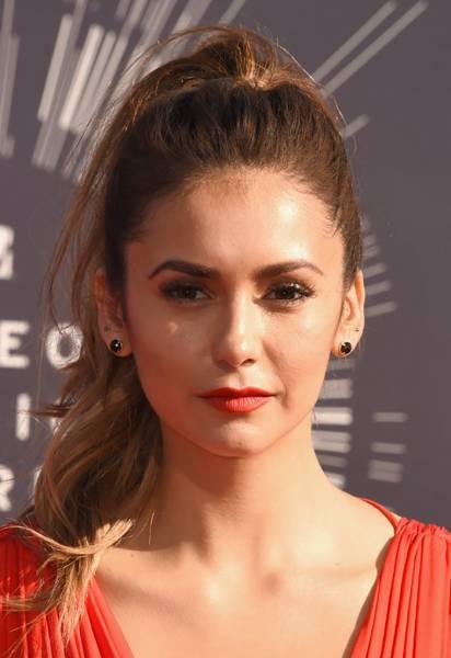 maquiagem vestido vermelho com olho esfumado